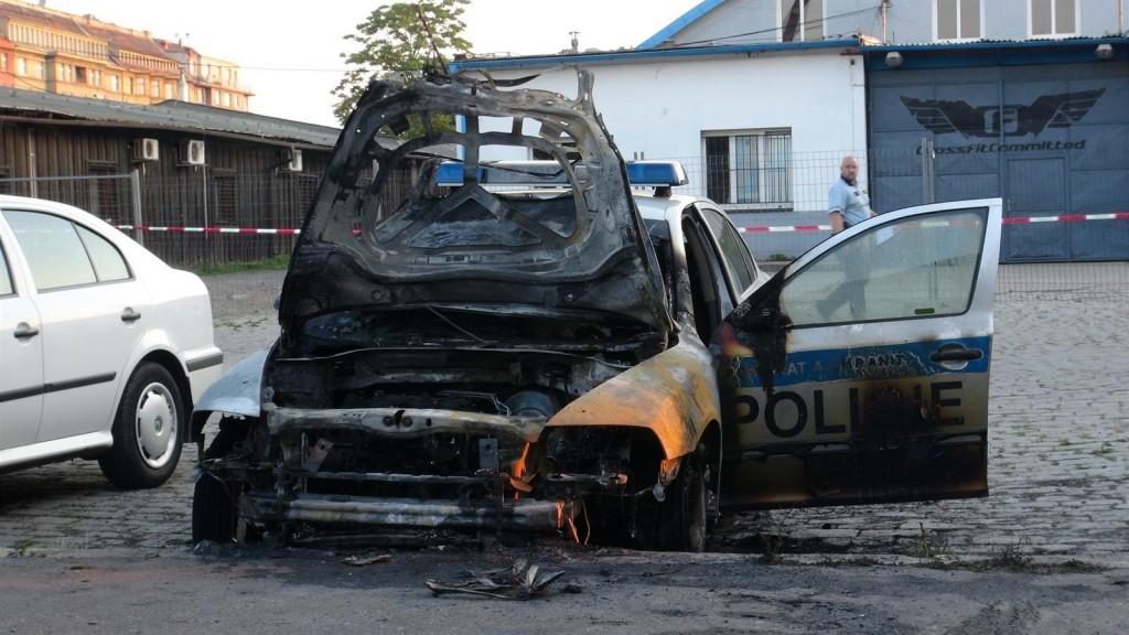 Podpálené policejní auto u služebny poblíž nádraží Praha-Bubny (4. července 2015) Zdroj: http://zpravy.idnes.cz/sluzebni-auto-vyhorelo-kvuli-policejni-akci-hlasi-se-k-utoku-anarchisti-1ok-/krimi.aspx?c=A150707_132013_krimi_jpl